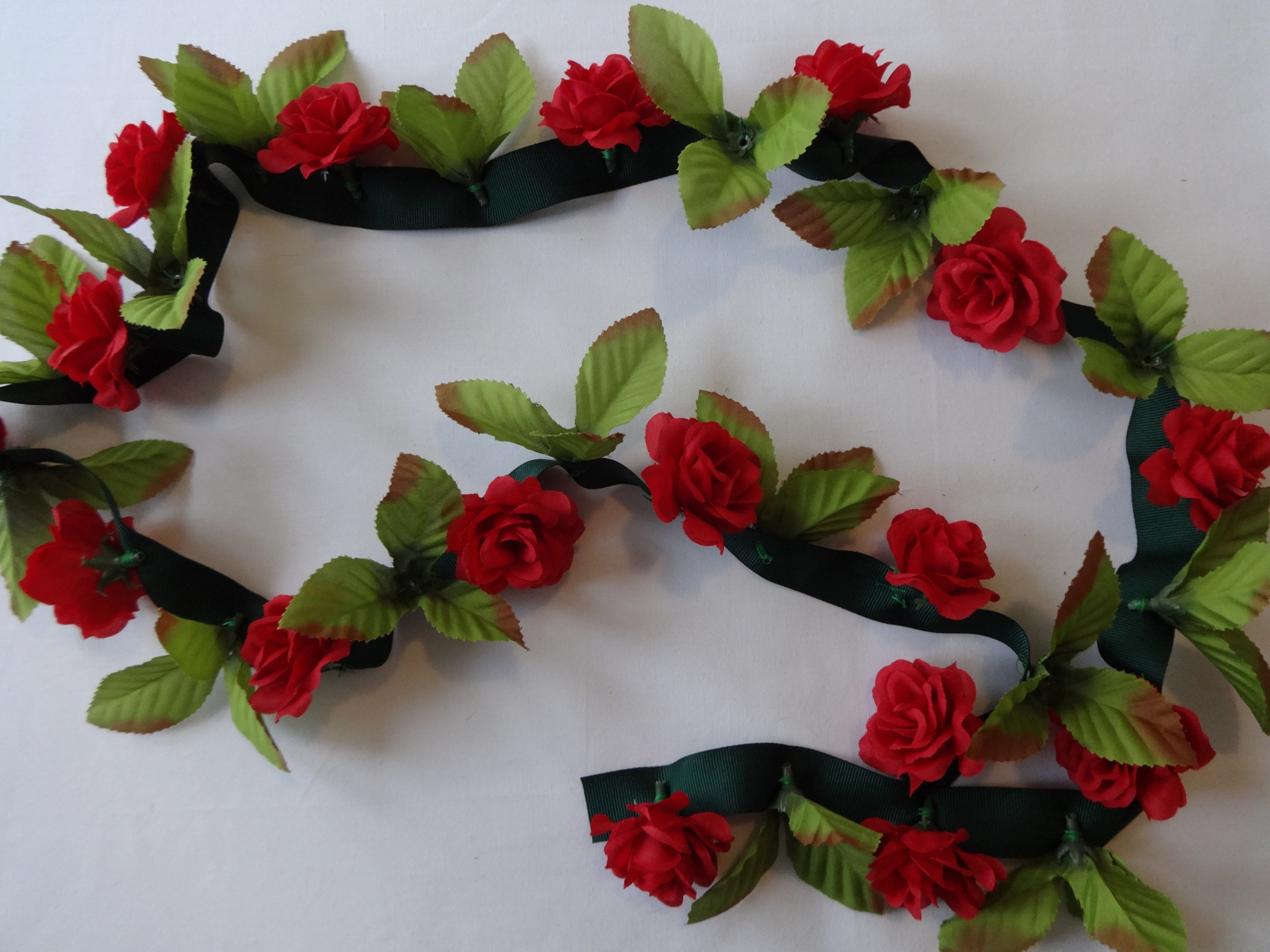 A super easy DIY rose garland that's perfect for Valentine's Day
