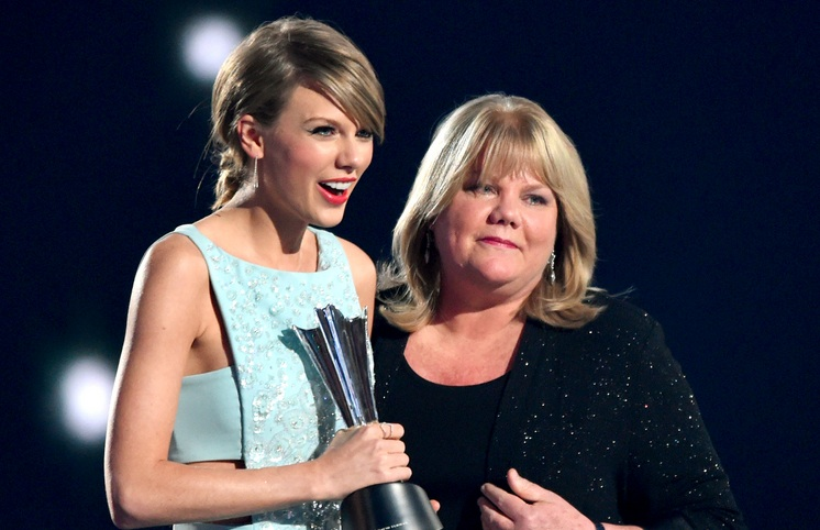 Taylor Swift's mom gave the sweetest speech about her daughter at the ACM Awards