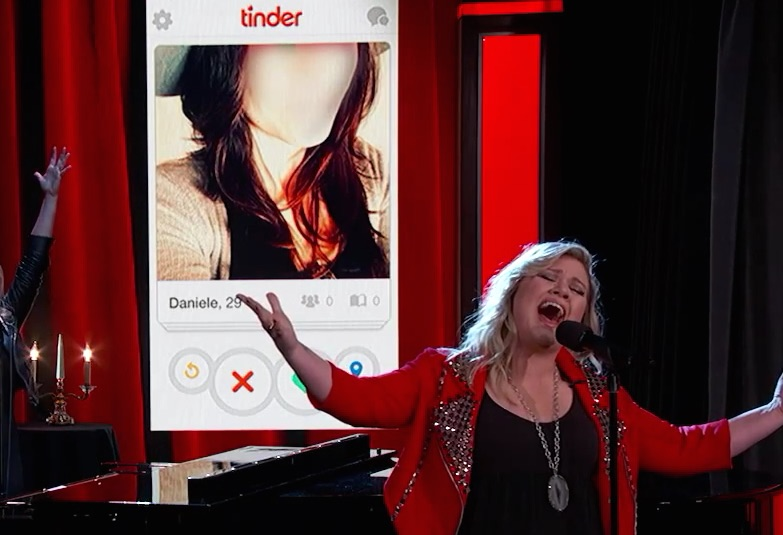 Kelly Clarkson sings Tinder profiles. Just watch.