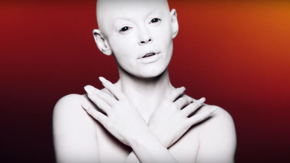 Rose McGowan challenges beauty standards in her stunning, NSFW music video
