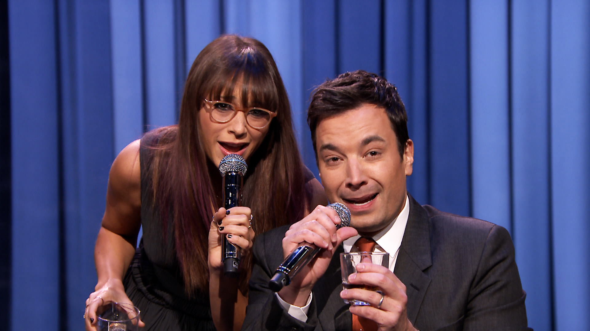 Rashida Jones and Jimmy Fallon just expertly parodied Taylor Swift, in honor of the holidays