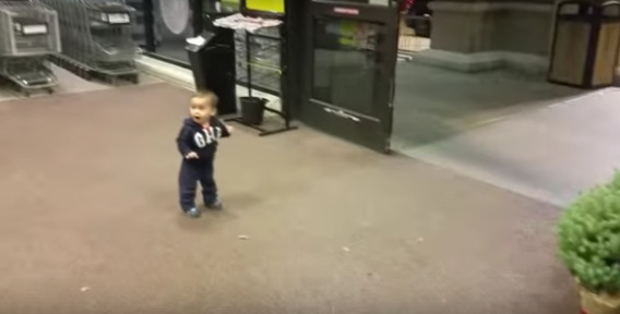This kid reacting to sliding doors fills our souls with wonder