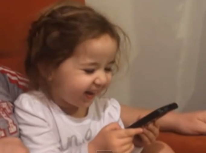 This toddler has no chill with Siri