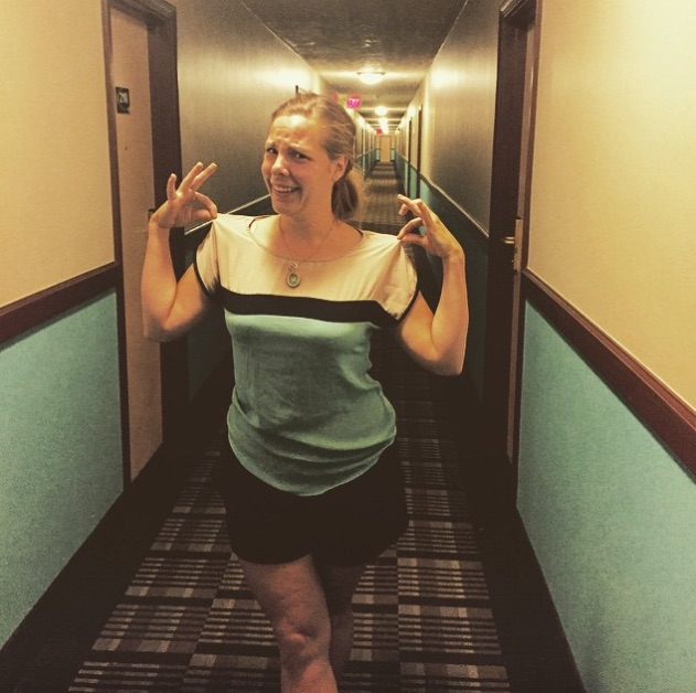 This girl accidentally dressed like a hotel and we'd like to be her best friend
