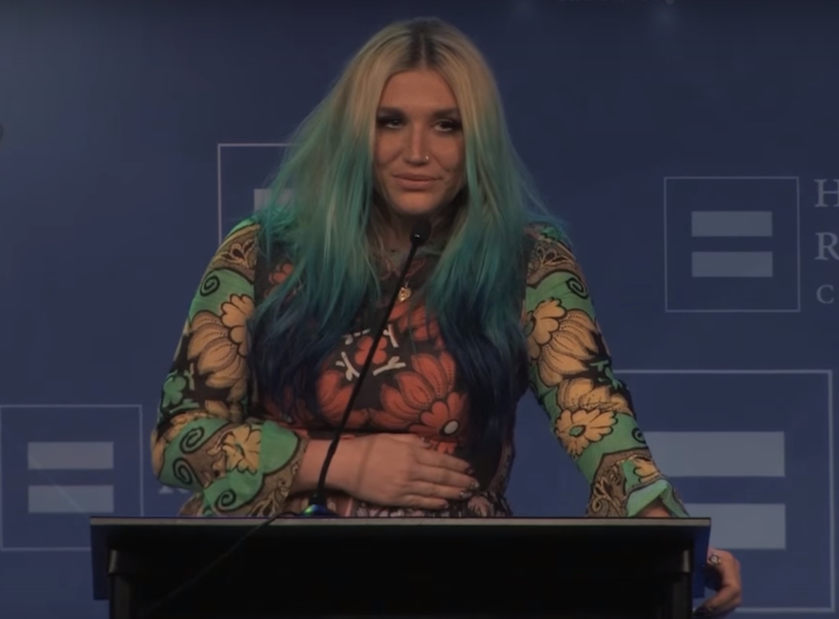 Kesha got emotional after receiving an award for supporting LGBT equality
