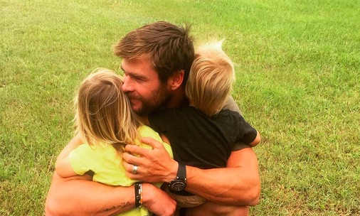 Can't stop melting over this photo of Chris Hemsworth hugging his twin toddlers