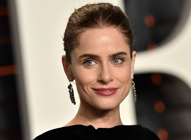 Everyone needs to read Amanda Peet's brazen essay about aging
