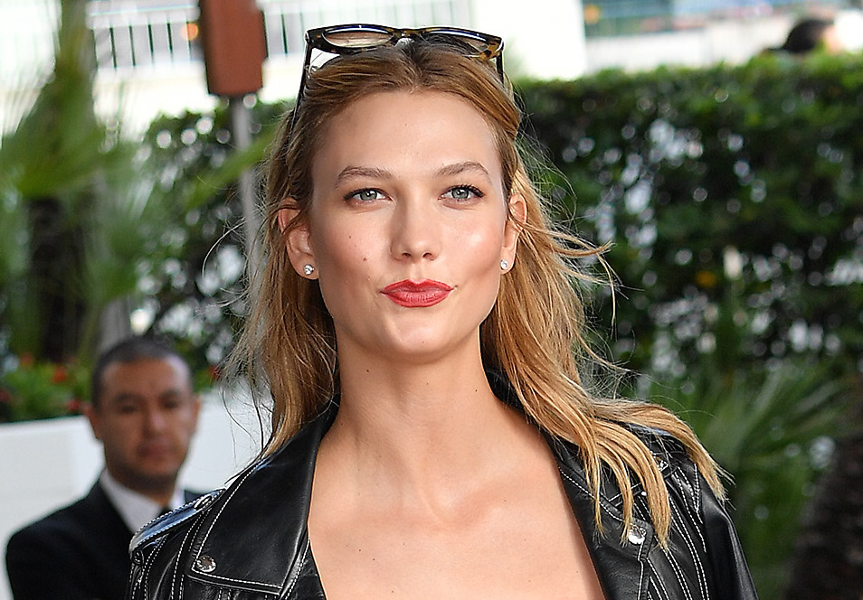 Karlie Kloss debuts new bangs at NYFW and now we want to cut our hair asap