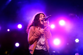 "Alessia Cara's makeup-free TV performance of ""Scars To Your Beautiful"" is so breathtaking"