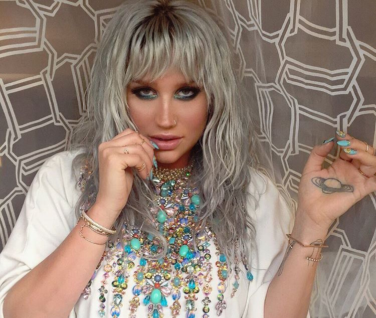 Kesha just stunned us all with this David Bowie-inspired outfit