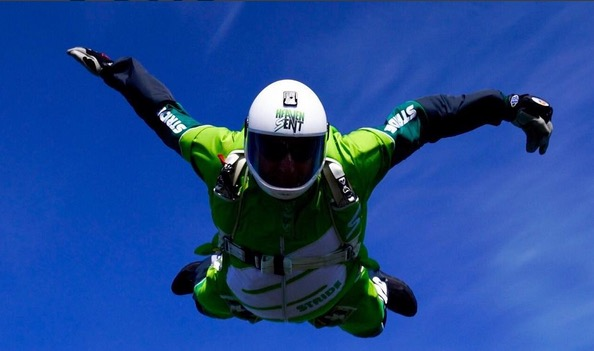 This man just jumped from 25,000 feet WITHOUT A PARACHUTE