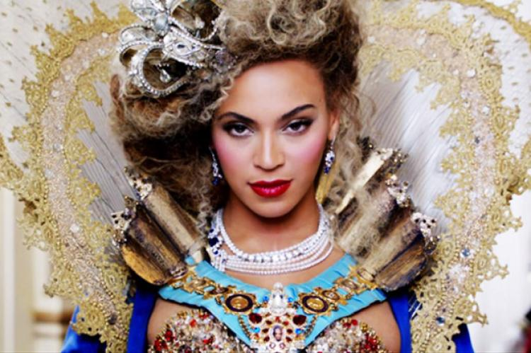You need to watch this video of Beyoncé getting a round of applause simply for walking