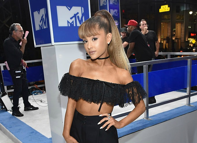 Off-the-shoulder looks ruled the VMAs, and we're all about that