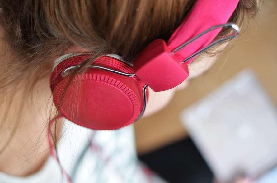 Twitter is hilariously tearing down an article about talking to women wearing headphones