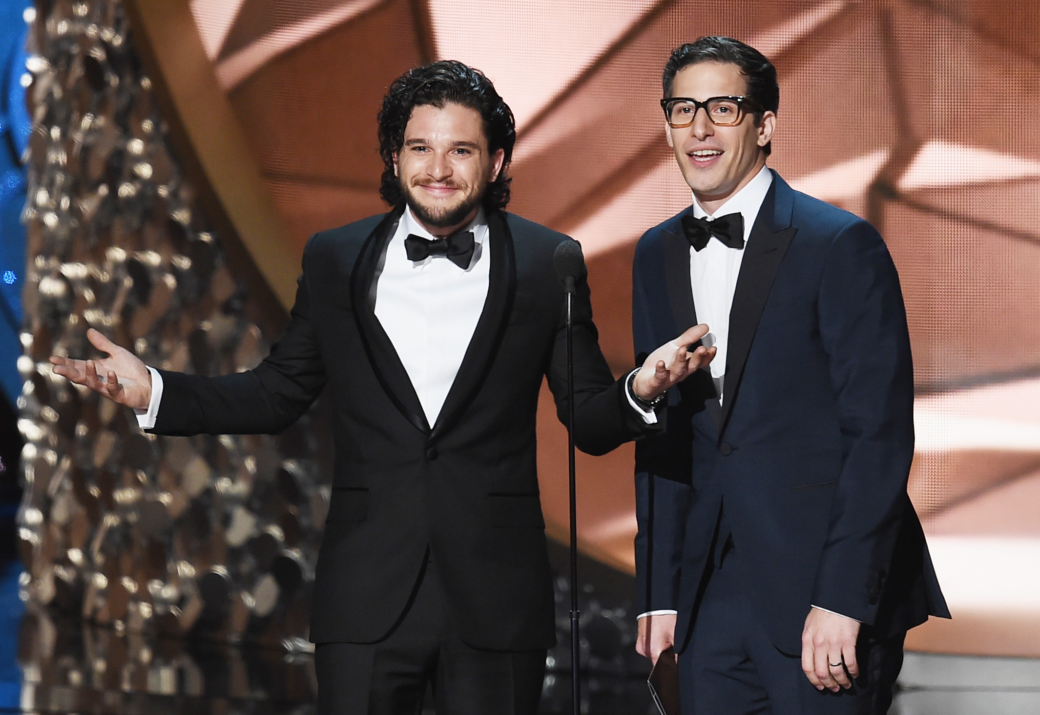 """Kit Harington """"proposes"""" to Andy Samberg at the Emmys, and you just have to see it"""