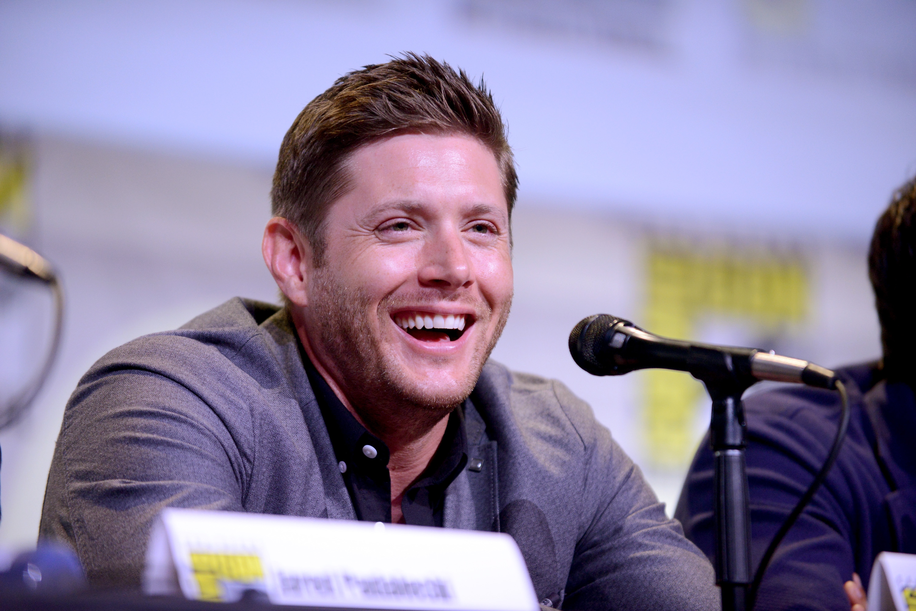 "This photo of ""Supernatural's"" Jensen Ackles proposing to a 4-year-old has our hearts glowing"