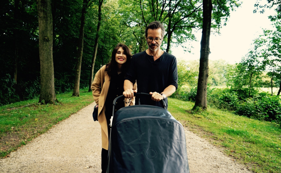 """""""GoT"""" star Melisandre shared first photos of her baby and family and we're squealing!"""