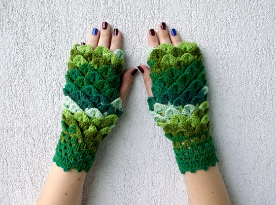 Dragon gloves with crochet scales in absolutely beautiful colors exist and clearly we all need them