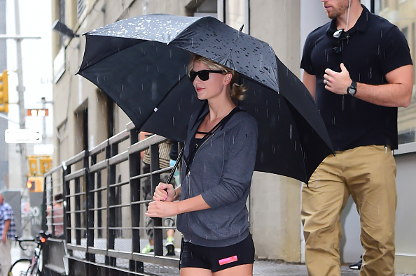 A bunch of fans ran into Taylor Swift wearing the cutest $1 rain outfit ever