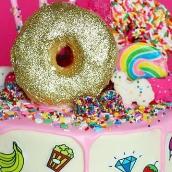 This gold donut emoji cake is a work of art and we need it at our next party