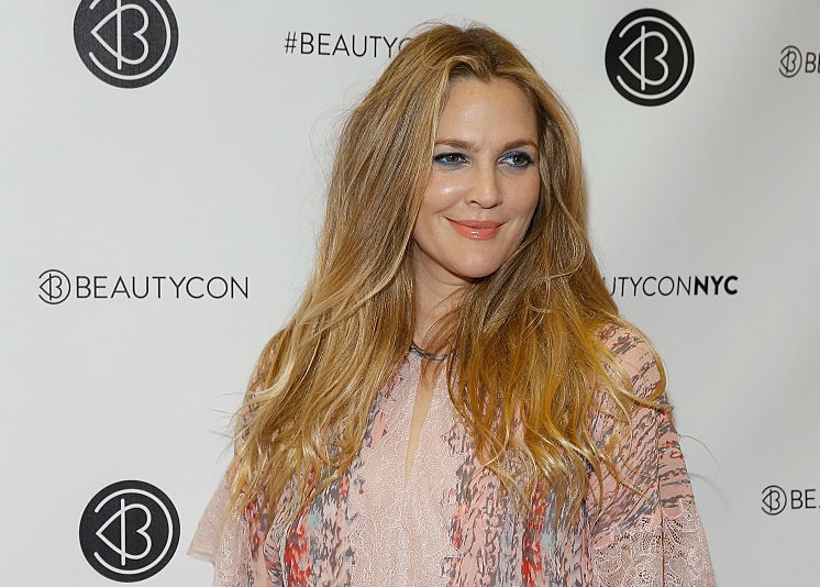 Drew Barrymore looked radiant at BeautyCon and we are *obsessed* with her turquoise cuff