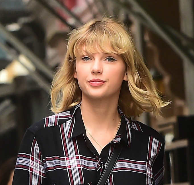 Taylor Swift just wore the perfect Pumpkin Spice sweater, and you can get one just like it