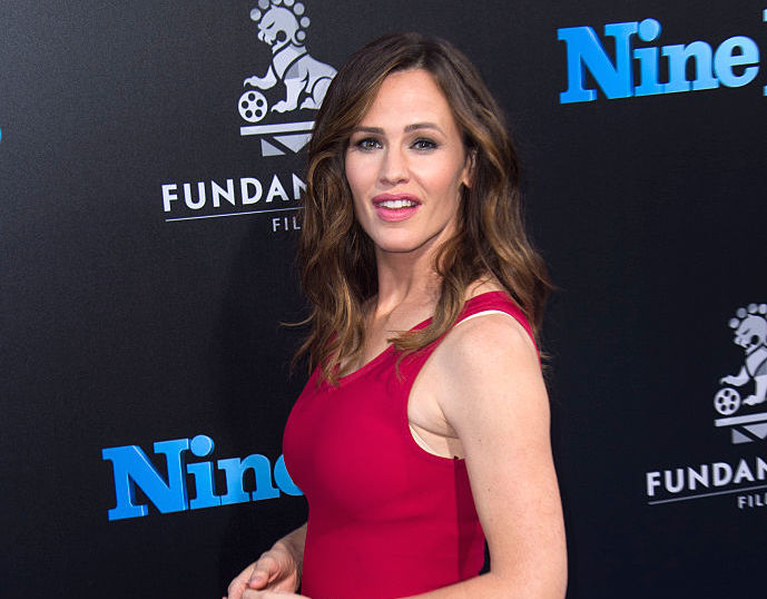 Jennifer Garner carries her daughter's school project for her, we've never been more obsessed with a photo