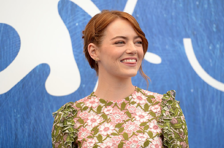 Emma Stone wore a pussy bow blouse for Hillary, and she looks amazing!