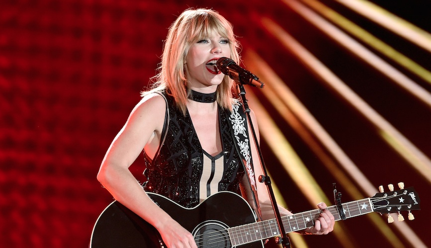 Taylor Swift's throwback pic to the release of her first album is TOO CUTE!