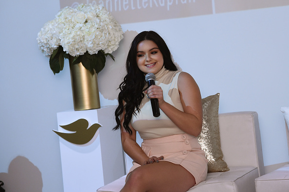 Ariel Winter just got maybe the most glam glitter manicure we've ever seen