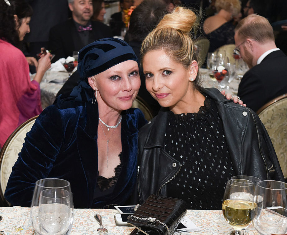 Shannen Doherty had Sarah Michelle Gellar by her side while receiving a beautiful award and we're not crying, you're crying