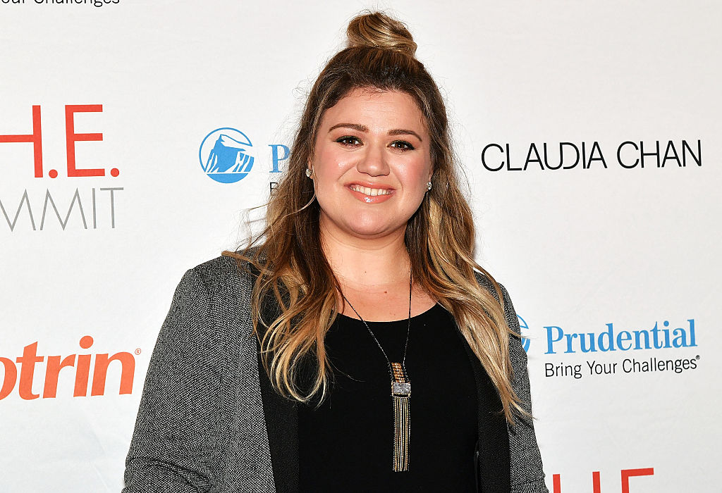 Kelly Clarkson showed us how to rock a holiday miniskirt in this belted blue velvet dress