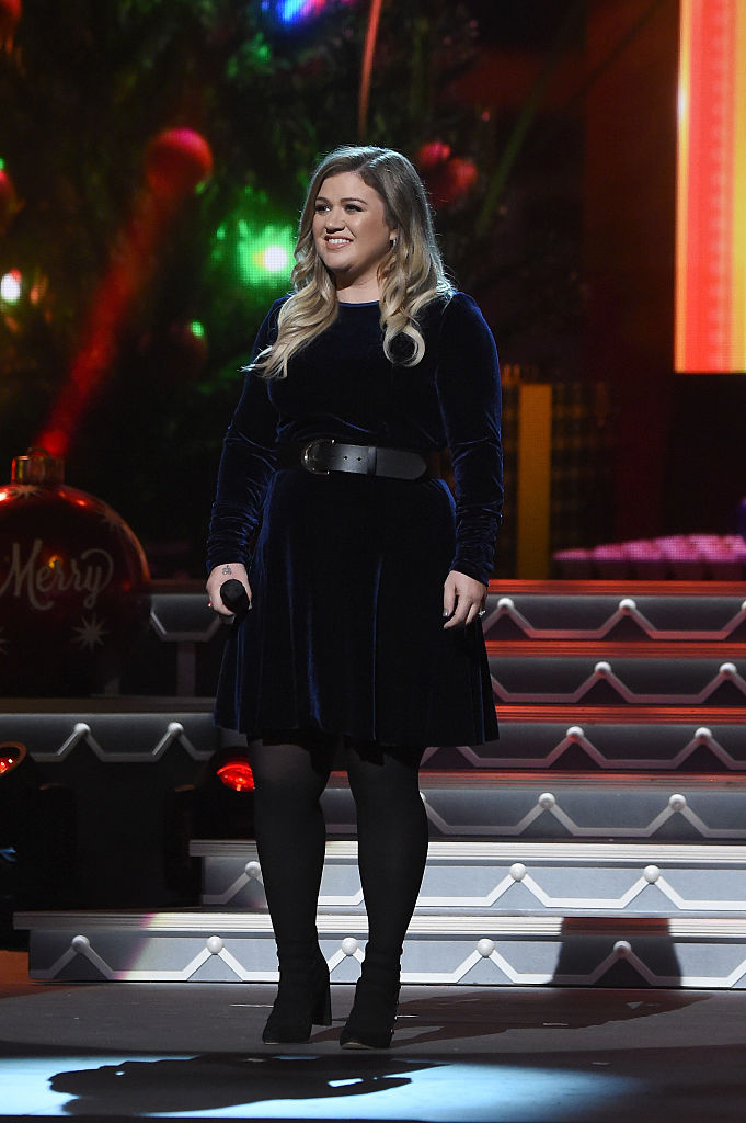 Kelly Clarkson Showed Us How To Rock A Holiday Miniskirt
