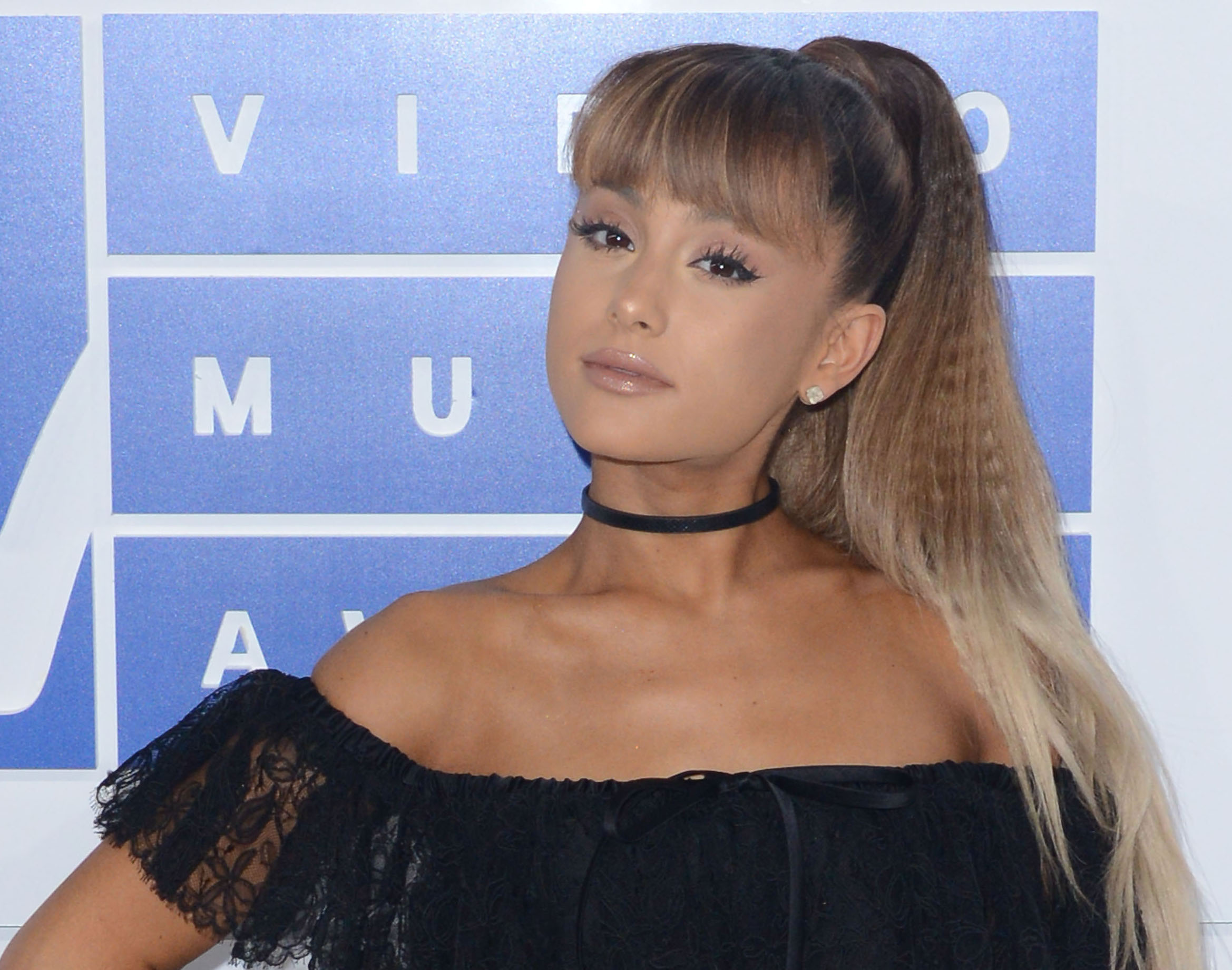 Ariana Grande wears the elementary school overalls of our dreams at this red carpet event
