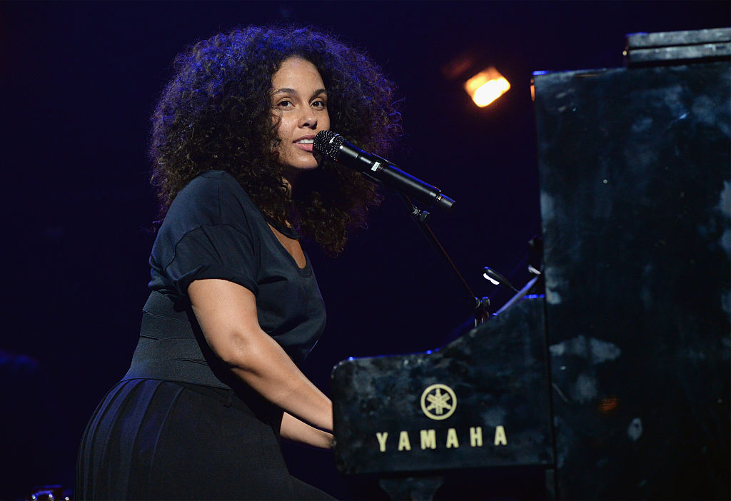 Here's Alicia Keys performing at a Paris bar, and it's the ultimate musical chill sesh