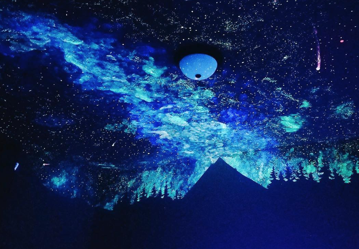 This 4-year-old's glow-in-the-dark bedroom ceiling is otherworldly
