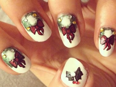 These wreath-inspired manicures are the perfect look to get you in the holiday spirit