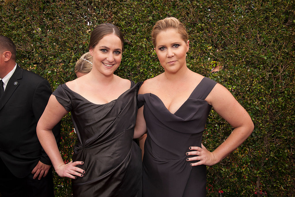 Amy Schumer and her sister had their very own ~lingerie~ fashion show and LOL