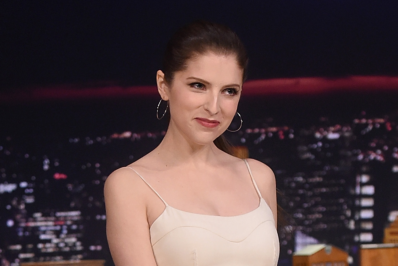 Anna Kendrick rocked a perfect cool weather casual chic outfit, and we need it now