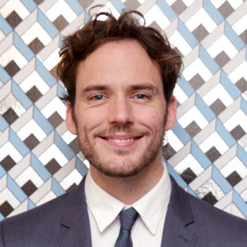 """""""The Hunger Games"""" star Sam Claflin wants you to know this photo of him going around is NOT actually him"""