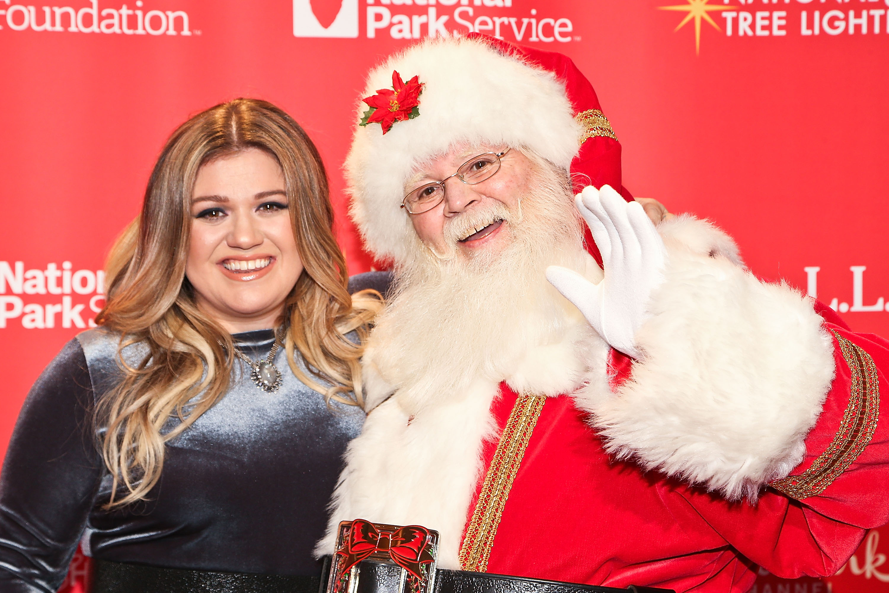 Kelly Clarkson's family is going hard for Christmas already