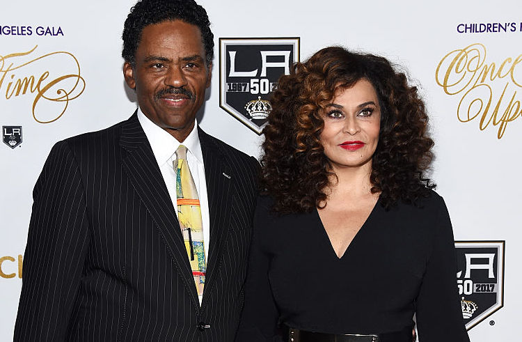 Beyonce's mom Tina Knowles went on a date to Buffalo Wild Wings - she is all of us
