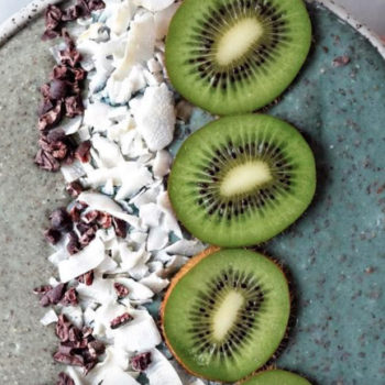 These healthy smoothie bowls are absolutely loaded with nutrients and we need to eat them all immediately
