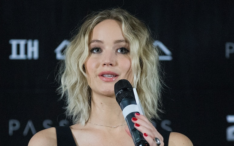 Jennifer Lawrence's airport ensemble is giving us major Yoko Ono vibes