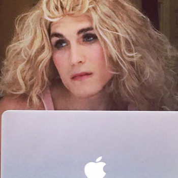 This guy recreated some of Carrie Bradshaw's most famous looks and it's iconic