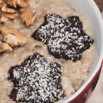 """This yummy """"Christmas oatmeal"""" is the best way to use up your leftover cookies"""