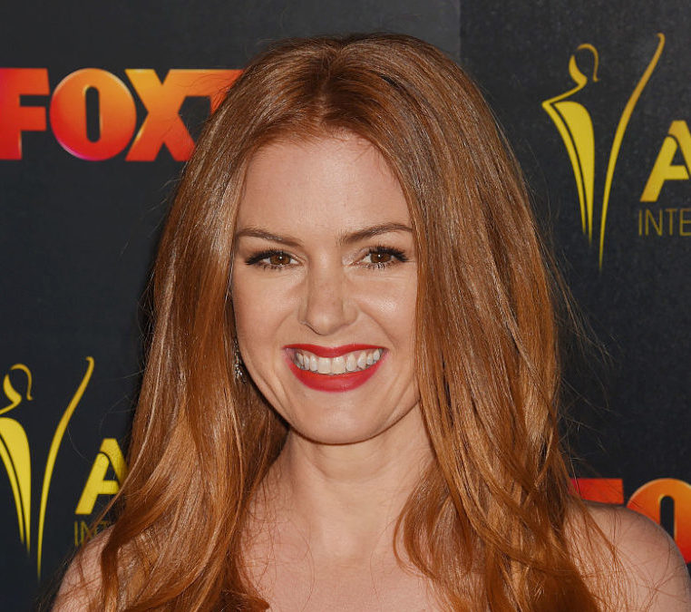 Isla Fisher just made the red carpet go buttercup yellow in this gorgeous sunny look