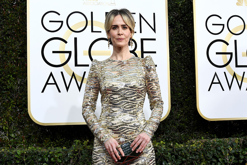 Sarah Paulson LOOKS like a golden statue at the Golden Globes