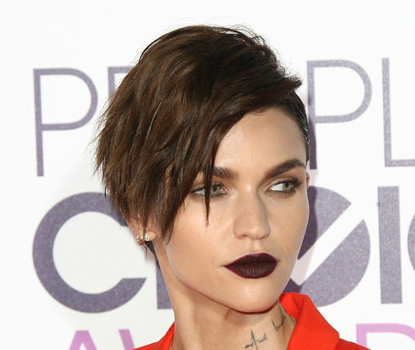 Ruby Rose's orange-red pantsuit at the People's Choice Awards is fire, but really we just want her goth lipstick