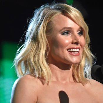 The teleprompter failed while Kristen Bell was presenting a major award at the People's Choice Awards, and she handled it like a CHAMP